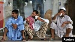 په جده کې پاکستاني کارګر د کار په وقفه کې چای څښي