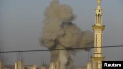 ຄວັນພຸ້ງຂຶ້ນ ຫຼັງຈາກທີ່ເຮືອບິນລົບຂອງລັດຖະບານ ຊີເຣຍ ໄດ້ຖີ້ມລະເບີດ ໃສ່ເມືອງ Deraa, ວັນທີ 4 ພະຈິກ 2012.