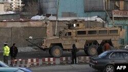 Xe quân sự Mỹ trên đường dẫn đến Bộ Nội vụ Afghanistan ở Kabul, ngày 25/2/2012