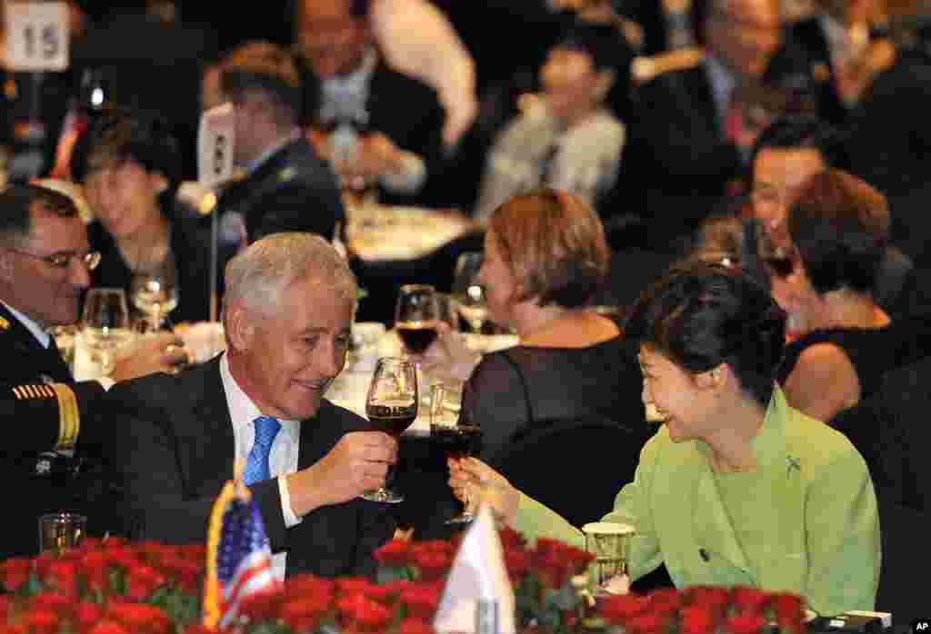 척 헤이글 미국 국방장관(왼쪽)이 30일 서울에서 열린 미-한 동맹 60주년 경축 행사에서 박근혜 한국 대통령과 건배하고 있다.
