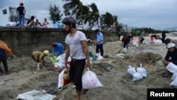 Người dân Đà Nẵng mang bao cát để gia cố nhà cửa, ngày 9 tháng 11, 2013.