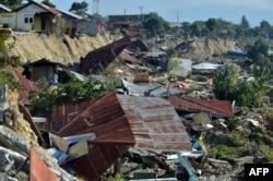 지난달 인도네시아 술라웨시 섬에서 지진이 발생한 후 집이 무너져 내렸다.