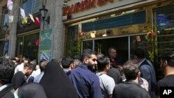 伊朗人 2018年4月聚集在一家銀行前試圖購買美元(美聯社)