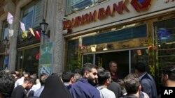 Sanksiyalarla üzləşən İranda milli pul vahidi olan rialın dəyəri kəskin düşüb.