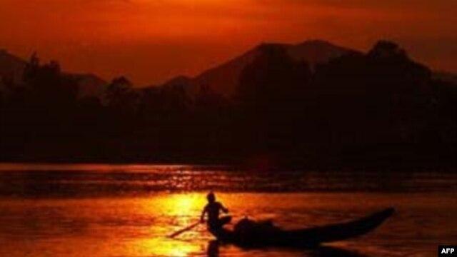 Hoàng hôn trên sông Hương, Huế, Việt Nam.