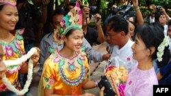 Bà Suu Kyi (phải), nhà đấu tranh cho dân chủ Miến Ðiện được dân chào đón khi bà đến Bagan
