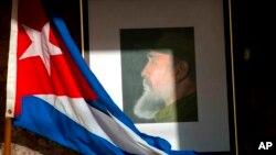 Chân dung cố Chủ tịch Cuba Fidel Castro bên lá cờ Cuba.