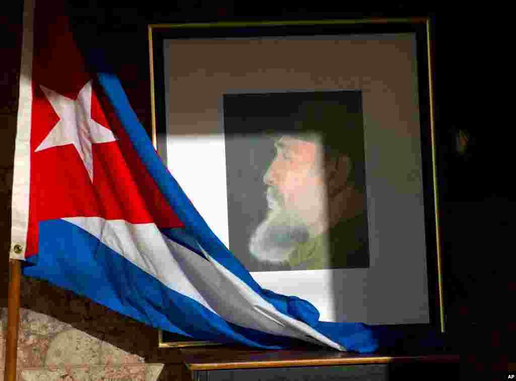 Una imagen de Fidel Castro y una bandera cubana se exhiben en honor del difunto líder un día después de su muerte, dentro del Ministerio de Relaciones Exteriores en La Habana, Cuba, el sábado 26 de noviembre de 2016.