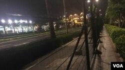 廈門會展中心外鐵絲柵欄留出的一條羊腸小道供路人行走 (美國之音葉兵拍攝)