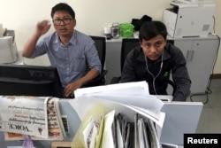로이터 통신 소속 기자 두 명이 미얀마 당국에 체포된지 일주일이 지났지만 소재 파악조차 되지않고 있다. 와 론(왼쪽)과 초 소에 우 기자가 로이터통신 미얀마 지부에서 근무 중인 모습.