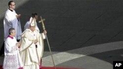 Đức Giáo Hoàng Benedict XVI trên đường đến cử hành lễ phong Thánh tại Quảng trường Thánh Phêrô ở Vatican, ngày 21/10/2012