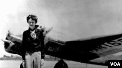 Amelia Earhart, 40, pokraj svoje Lockheed Electre 10E, prije njena zadnja leta 1937., iz Oaklanda, u Kaliforniji