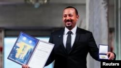 PM Ethiophia Abiy Ahmed Ali berpose dengan medali dan piagam penghargaan Nobel Perdamaian di Oslo City Hall, Norwegia, 10 Desember 2019.