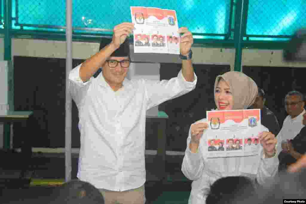 Calon wakil gubernur Jakarta Sandiaga Uno bersama istri memberikan suara di sebuah TPS (15/2). (Courtesy:Tim Pemenangan Anies-Sandi)