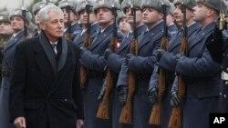 30일 폴란드를 방문한 척 헤이글 미 국방장관(왼쪽)이 폴란드 의장대를 사열하고 있다.