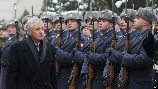 US Secretary of Defense Chuck Hagel inspects a military honor guard during a welcoming ceremony in Warsaw, Poland, Jan. 30, 2014.