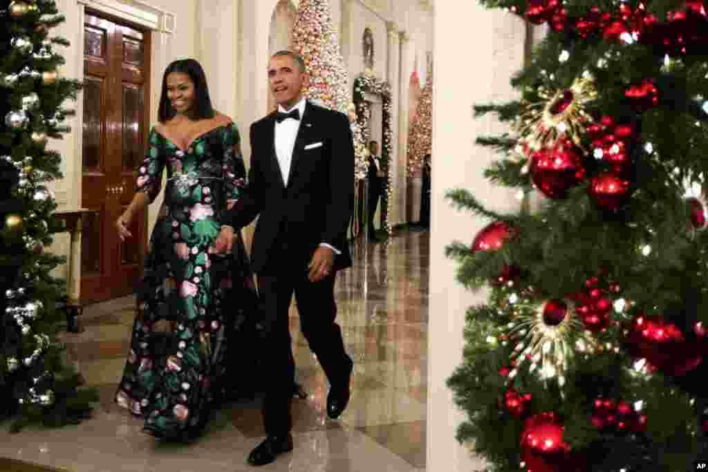 باراک اوباما، رئیس جمهوری آمریکا و بانوی اول وارد محل برگزاری اهدای جوایز افتخار مرکز کندی ۲۰۱۶ در کاخ سفید می شوند.