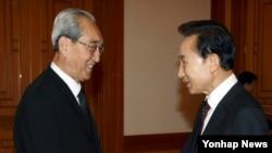 지난 2009년 8월 한국의 김대중 전 대통령 조문차 서울을 방문한 김기남 북한 노동당 비서(왼쪽)가 이명박 한국 대통령과 청와대에서 면담했다. (자료사진)