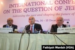 Duta Besar Indonesia untuk PBB Desra Percaya (tengah) Dirjen Multilateral Hasan Klein (kiri) dan Menlu Palestina Riad Maliki (kanan).