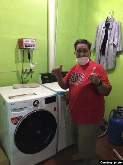 Seorang transpuan mencuci pakaian di FKWI Laundry di Depok (foto: courtesy).