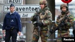 Бельгійські солдати і поліція на дорозі до столичного аеропорту