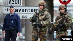 Tentara dan polisi berpatroli di jalan menuju bandara Zaventem di Brussels, Belgia (24/3). (Reuters/Charles Platiau)