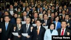 한국 새정치민주연합 의원들이 12일 국회에서 열린 의원총회에서 이완구 총리후보자 임명동의안 강행처리시도를 규탄하고 있다.