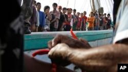 Pejabat pemerintah memberi gelang pada nelayan-nelayan Myanmar sebagai alat identifikasi saat tiba di Tual, 4 April 2015.