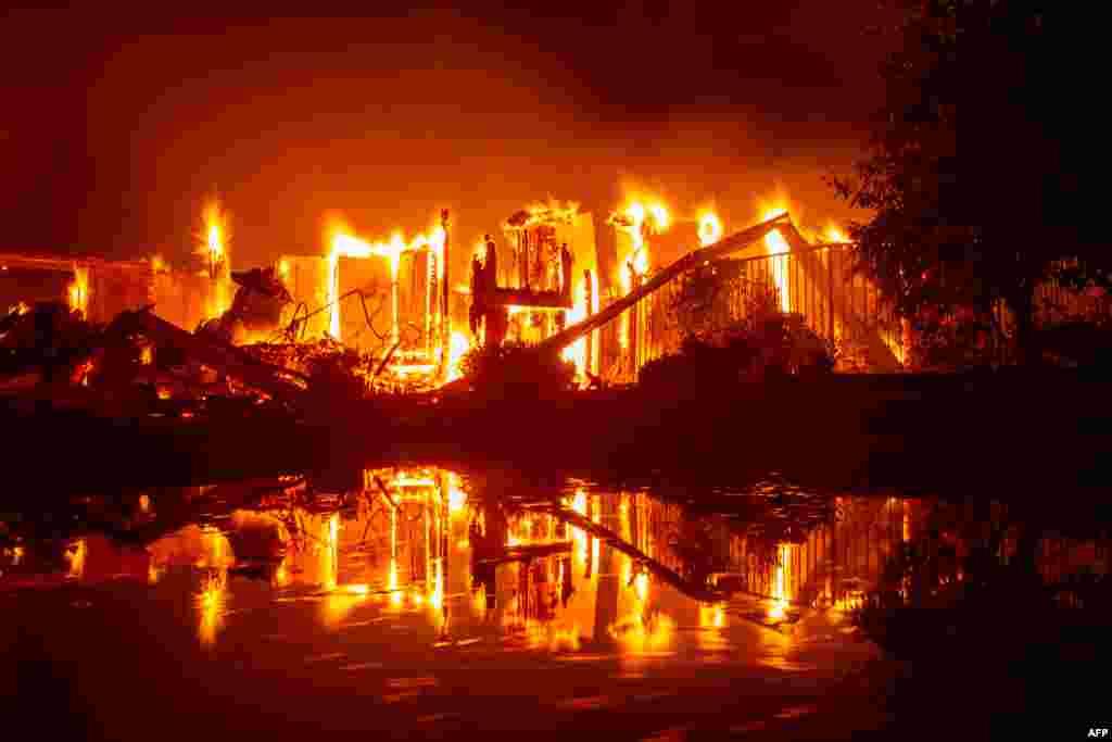 تصویری از یک خانه ای که در نتیجه آتش سوزی های جنگلی در کالیفرنیا کاملا سوخته و از بین رفته است.