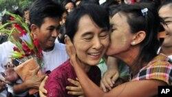 Birmada oy boshida kechgan parlament saylovlarida muxolifat yetakchisi, Nobelning Tinchlik bo'yicha mukofoti sohibasi Ang San Su Chiyninh partiyasi g'olib bo'ldi. Bu kichik fraksiya o'ta faol bo'lishi kutilmoqda. Saylov xolis va adolatli o'tgani Birma uch