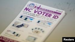 """Một xấp tờ rơi của chính phủ giải thích đạo luật gây tranh cãi """"Danh tính cử tri"""" của bang North Carolina tại một trạm bỏ phiếu."""