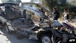 Chiếc xe buýt bị phá hủy sau vụ đánh bom gần thị trấn Hangu nhiều bất ổn ở tây bắc Pakistan, ngày 17/1/2011
