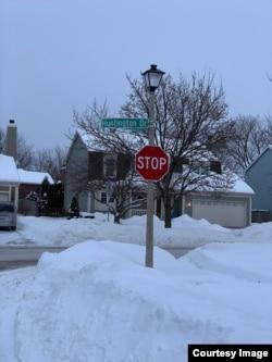 Sebelum sekolah ditutup, anak-anak harus menahan dingin menunggu bus sekolah.