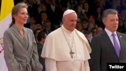 Papa Francisco a su llegada a Colombia fue recibido por el presidente Juan Manuel Santos y la primera dama María Clemencia Rodríguez de Santos. Foto: @papacol. Sept. 6, 2017