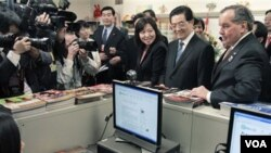 Presiden Hu Jintao, didampingi walikota Chicago Richard Daley (kanan) mengunjungi sebuah sekolah di Chicago, Jumat 21 Januari 2011.