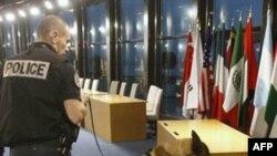 Cảnh sát kiểm tra an ninh 1 phòng hội nghị nơi lãnh đạo các nước G20 sẽ họp vào thứ Năm tại thành phố Cannes, Pháp, Thứ Hai, 31/10/2011