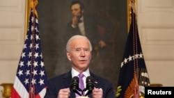 រូបឯកសារ៖ ប្រធានាធិបតី Joe Biden ថ្លែងសុន្ទរកថានៅក្នុងបន្ទប់ទទួលទានអាហារនៃសេតវិមាននៅថ្ងៃទី ២៦ ខែមករាឆ្នាំ ២០២១។ (AP)
