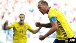 Le Suédois Andreas Granqvist inscrit un but lors du match contre la Corée du Sud lors du Mondial 2018, le 18 juin 2018.