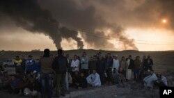 Abagabo bafashwe n'abasirikare ba reta ya Iraki bariko bagirwako amatohozwa ahitwa Qayara, mu Bumanuko bwa Mosul.