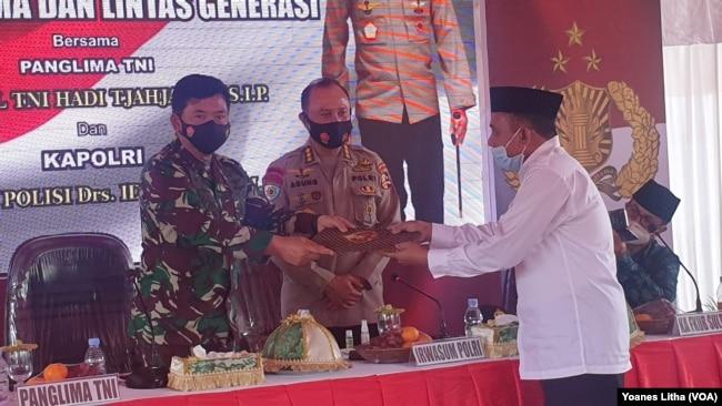 Panglima TNI Marsekal Hadi Tjahjanto menerima pernyataan sikap dari Forum Kerukunan Umat Beragama (FKUB) Sulawesi Tengah yang diantaranya menegaskan terorisme sebagai musuh bersama yang harus segera dibasmi. Rabu (23/12/2020). (Foto: VOA/Yoanes Litha)