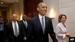 奥巴马总统在众议院少数党领袖佩洛西等人陪同下拜访国会。(2015年6月12日)