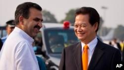 Thủ tướng Việt Nam Nguyễn Tấn Dũng được Bộ trưởng Nông nghiệp Ấn Độ Sanjeev Balyan đón tiếp tại sân bay ở New Delhi, Ấn Độ, ngày 27/10/2014.