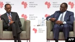 "Presiden Senegal Macky Sall dan Presiden Rwanda Paul Kagame berbicara dalam ""Next Einstein Forum"" di Dakar (8/3). (AFP/Seyllou)"