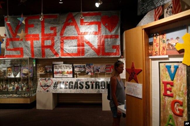 Teri Engel, observa una exhibición de artículos colocados en honor de las víctimas del tiroteo en un concierto de música country en Las Vegas el 1 de octubre de 2017. Foto del 19 de septiembre de 2018.