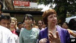 Lãnh tụ dân chủ Miến Ðiện Aung San Suu Kyi (giữa) và Trưởng ban chính sách đối ngoại EU Catherine Ashton sau cuộc họp báo tại Rangoon, ngày 28 tháng 4, 2012.