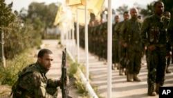 Pasukan Demokratik Suriah (SDF) yang didukung AS mengadakan upacara kemenangan setelah merebut kubu terakhir ISIS di Baghuz, Suriah hari Sabtu (23/3).