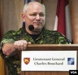 Panglima operasi udara NATO di Libya, Letnan Jenderal Kanada Charles Bouchard.