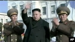 AS berusaha memblokir dana-dana rahasia milik pemimpin Korea Utara Kim Jong Un (tengah) dalam bank di luar negeri (foto: dok).