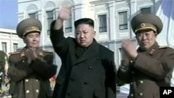 Pemimpin Korea Utara, Kim Jong-un (tengah) di Pyongyang (Foto: dok). Korea Utara telah secara resmi menolak resolusi DK PBB yang menuntut diakhirinya program senjata nuklir negara itu (9/3).