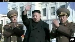 Komisi Pertahanan Nasional Korea Utara yang diketuai pemimpin Korea Utara Kim Jong Un (tengah) mengusulkan pembicaraan nuklir dengan AS (foto: dok).